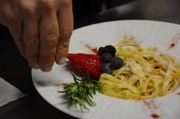 Primo piatto con frutti rossi - catering