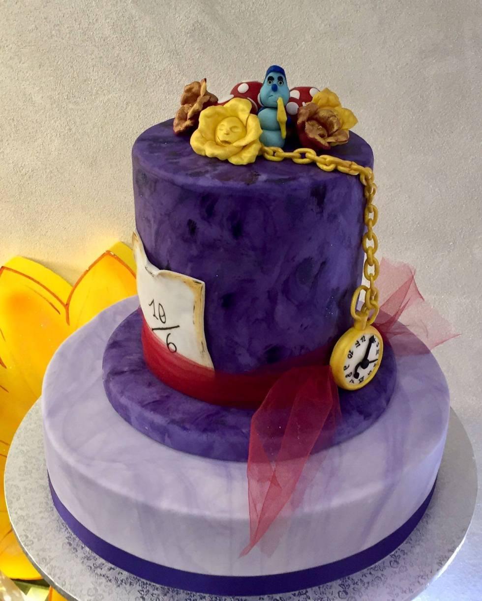 Torta di compleanno in cake design a tema Alice nel Paese delle Meraviglie