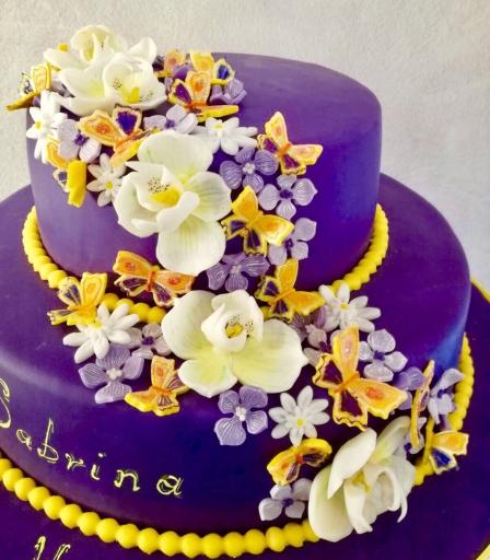 Torta di compleanno in cake design con cascata di fiori