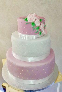 Torta di compleanno bianca e rosa con decorazioni floreali