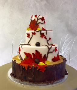 Torta classica a tema autunno con foglie e castagne - Wedding cake - torta nuziale - prodotta da Gufo Bianco Cake Design Carmagnola Torino