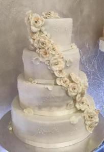 Torta classica bianca con cascata rose bianche - Wedding cake - torta nuziale - prodotta da Gufo Bianco Cake Design Carmagnola Torino