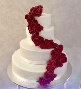Torta classica bianca con cascata di rose rosse - Wedding cake - torta nuziale - prodotta da Gufo Bianco Cake Design Carmagnola Torino