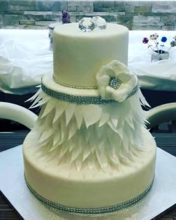 Torta classica bianca con effetto piume fiori e cristalli strass - Wedding cake - torta nuziale - prodotta da Gufo Bianco Cake Design Carmagnola Torino