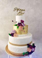 Torta bianca e oro con decorazioni fiori e nomi sposi - Wedding cake - torta nuziale - prodotta da Gufo Bianco Cake Design Carmagnola Torino