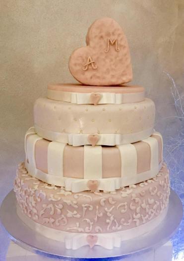 Torta bianca e rosa con fiocchi e cuore con iniziali sposi - Wedding cake - torta nuziale - prodotta da Gufo Bianco Cake Design Carmagnola Torino