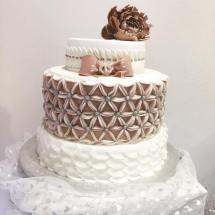 Torta bianca e rosa vintage con decorazioni fiocco e fiore - Wedding cake - torta nuziale - prodotta da Gufo Bianco Cake Design Carmagnola Torino