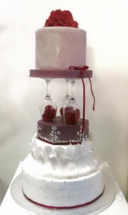 Torta bianca e rossa con decorazioni a fiori e bicchieri - Wedding cake - torta nuziale - prodotta da Gufo Bianco Cake Design Carmagnola Torino