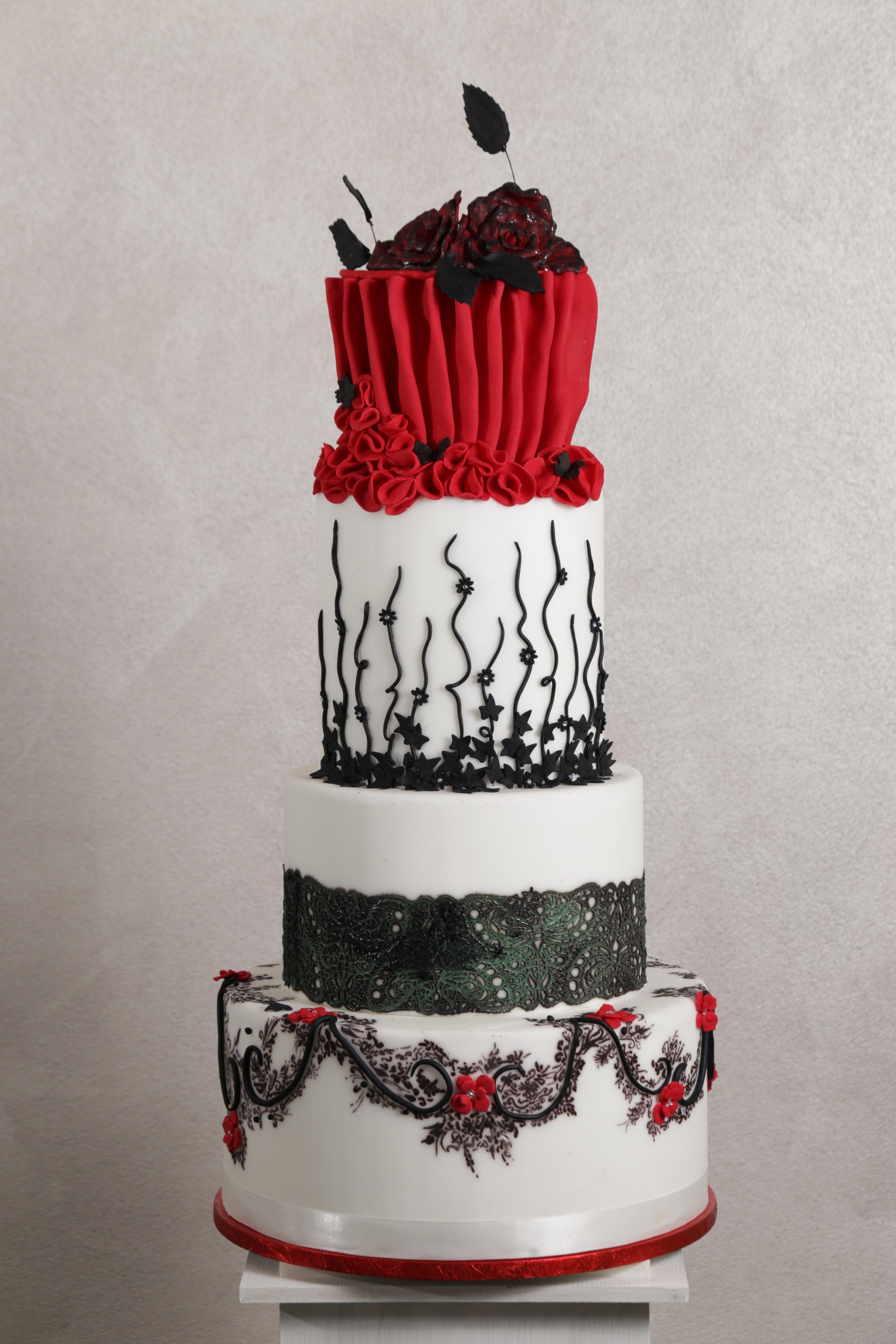 Torta bianca e rossa ispirazione burlesque con decorazioni nere , Wedding  cake , torta nuziale ,