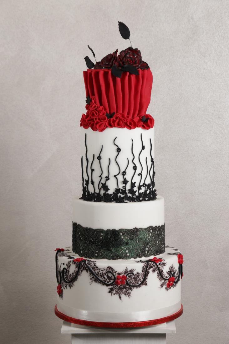 Torta bianca e rossa ispirazione burlesque con decorazioni nere - Wedding cake - torta nuziale - prodotta da Gufo Bianco Cake Design Carmagnola Torino