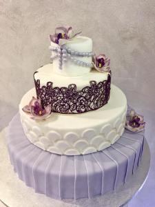 Torta bianca e viola con orchidee e decorazioni - Wedding cake - torta nuziale - prodotta da Gufo Bianco Cake Design Carmagnola Torino