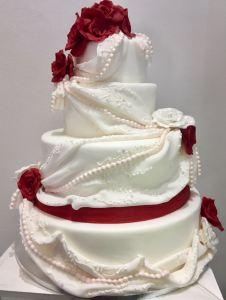 Torta classica bianca con drappi e rose rosse - Wedding cake - torta nuziale - prodotta da Gufo Bianco Cake Design Carmagnola Torino