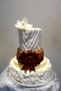 Torta bianca con fiocco rosso - Wedding cake - torta nuziale - prodotta da Gufo Bianco Cake Design Carmagnola Torino