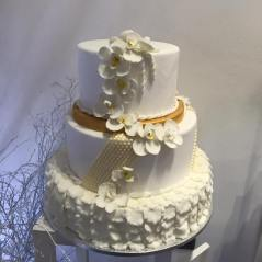 Torta classica bianca con decorazioni e orchidee - Wedding cake - torta nuziale - prodotta da Gufo Bianco Cake Design Carmagnola Torino