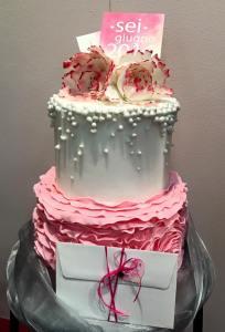 Torta classica bianca e rosa con decorazioni e rose - Wedding cake - torta nuziale - prodotta da Gufo Bianco Cake Design Carmagnola Torino