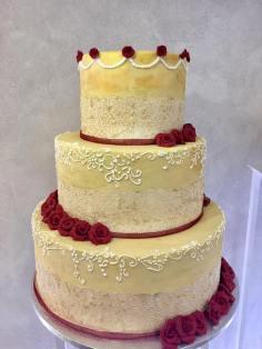 Torta classica crema vintage con rose rosse e decori bianchi - Wedding cake - torta nuziale - prodotta da Gufo Bianco Cake Design Carmagnola Torino