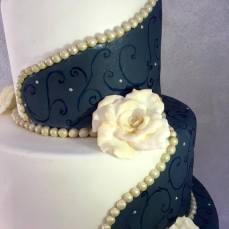 Torta classica bianca e blu con decorazioni e fiori - Wedding cake - torta nuziale - prodotta da Gufo Bianco Cake Design Carmagnola Torino