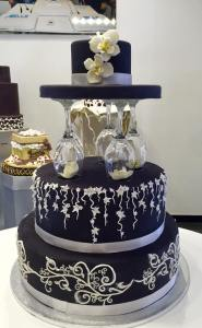 Torta nera con deocrazioni bianche con fiori cappello e bicchieri - Wedding cake - torta nuziale - prodotta da Gufo Bianco Cake Design Carmagnola Torino