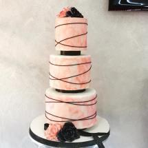 Torta moderna rosa con decorazioni nere e rose nere e rosa - Wedding cake - torta nuziale - prodotta da Gufo Bianco Cake Design Carmagnola Torino