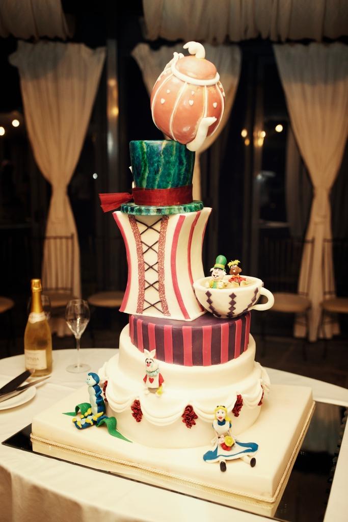 Torta nuziale ispirata a Alice nel Paese delle Meraviglie